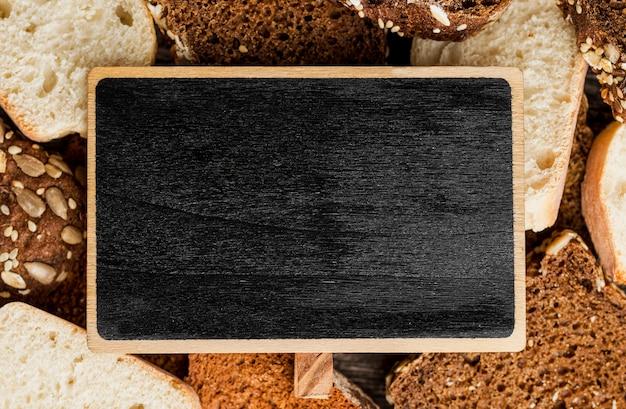 Tableau noir vide entouré de tranches de pain