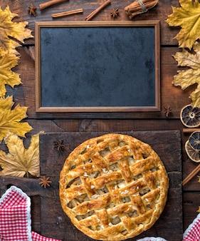Tableau noir vide et gâteau aux fruits entiers cuit au four