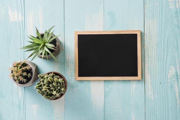 Tableau noir vintage d'école avec de la craie sur un bureau en bois, concept de retour à l'école