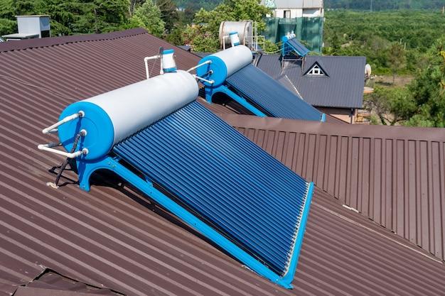 Tableau de panneaux d'eau chaude à tube de verre solaire monté sur un toit, technologie.