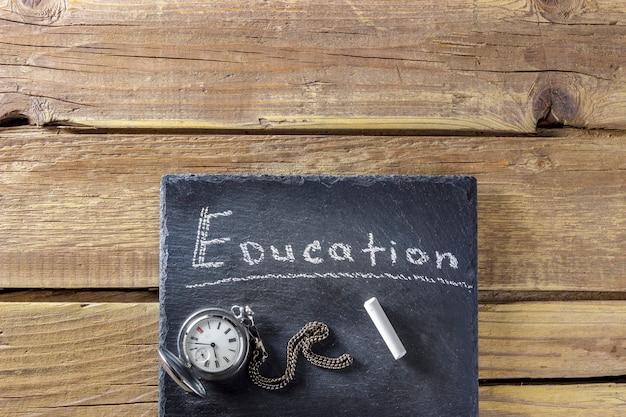 Tableau rétro sur et vieille montre de poche sur des planches de bois