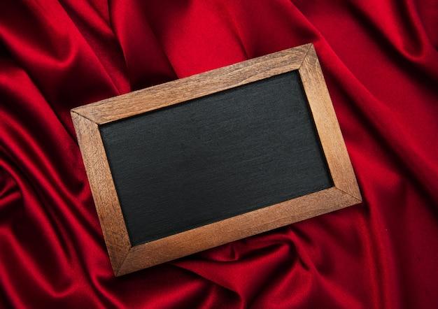 Tableau sur une soie rouge