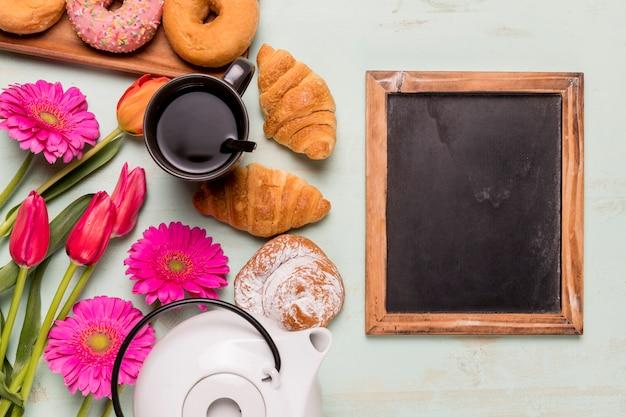 Tableau tableau près du thé et de la pâtisserie