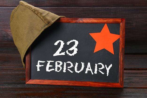 Tableau avec texte: le 23 février. journée du défenseur de la patrie.