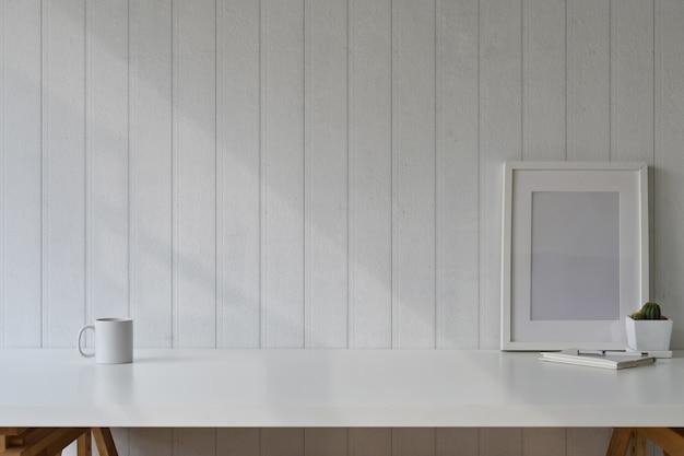 Tableau vide affiche de l'espace de travail tableau blanc avec fournitures et espace de la copie.
