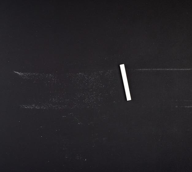 Tableau vide et craie blanche, plein cadre