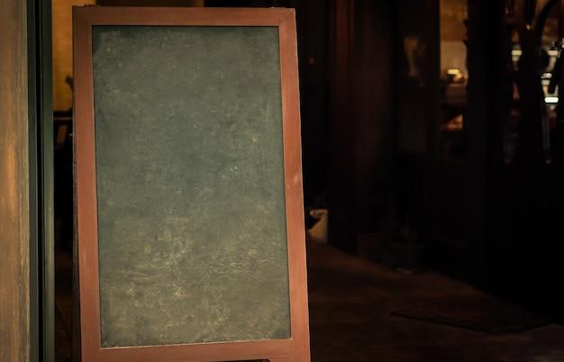 Tableau vide de craie de café halloween maison sombre pour la conception, fond de vacances pour la conception
