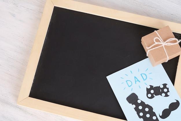 Tableau vide vue de dessus avec carte de voeux et coffret cadeau