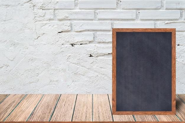 Tableaux de menu de restaurant et signes sur la table en bois