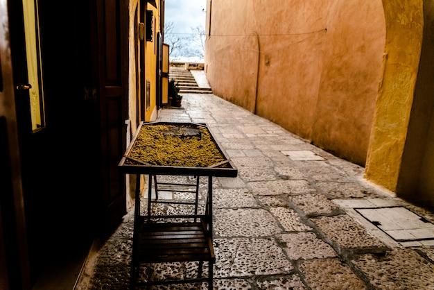 Tables artisanales pour sécher l'orecchiette, pâtes faites par les femmes de bari, en italie.