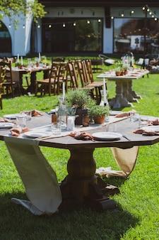 Tables de banquet dans le jardin