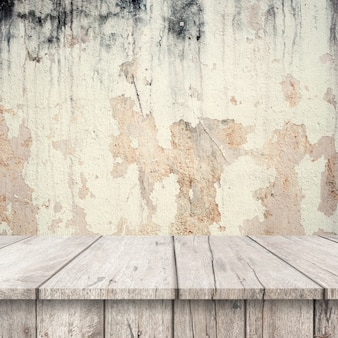 Tables blanches en bois avec un mur très endommagé