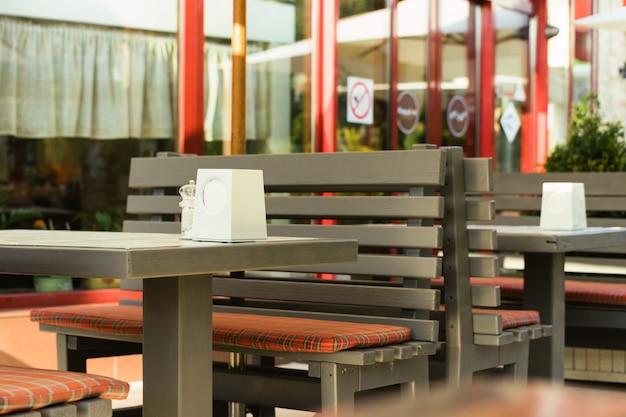 Tables en bois brunes dans un café en plein air en été