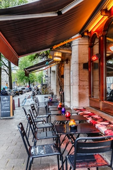 Tables de café dans une rue verticale.