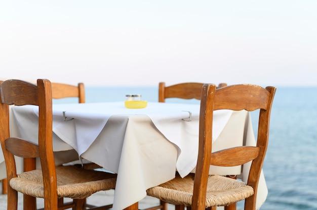 Tables de café sur le quai de la mer méditerranée