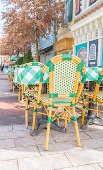 Tables et chaises au restaurant