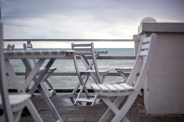 Tables et chaises blanches dans le café de la plage