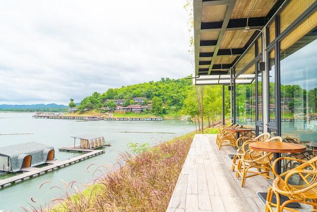 Tables et chaises en bois au restaurant au bord d'un lac