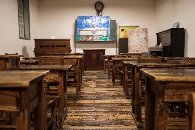 Tables et chaises en bois de classe dans l'ancienne école kaichi à matsumoto, japon. enseignement historique construit en 1876.