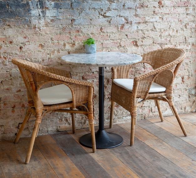 Les tables et les chaises en bois ont l'air vieux et marron antique.