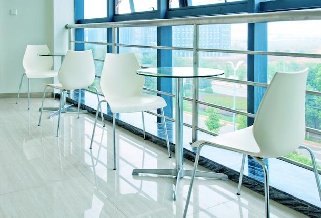 Tables et chaises dans le couloir