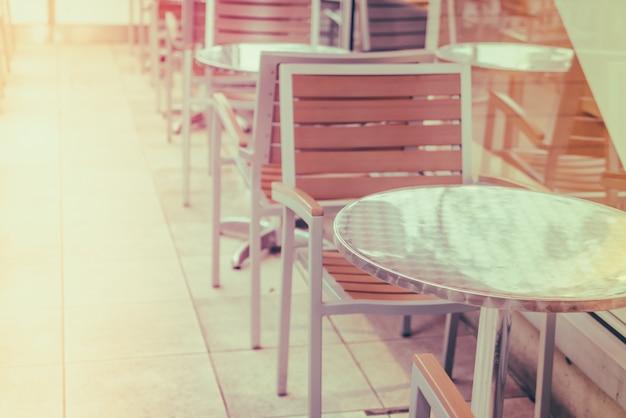 Tables et chaises dans le restaurant (filtré image traitée vinta