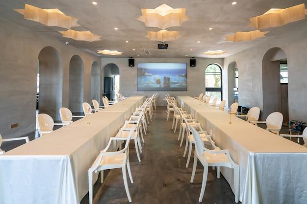 Tables et chaises longues dans les restaurants du complexe
