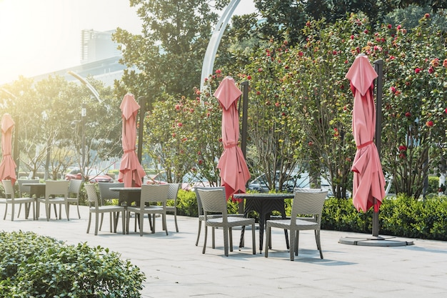 Tables et chaises avec des parasols