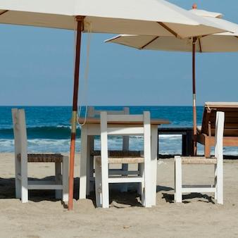 Tables et chaises sur la plage, sayulita, nayarit, mexique