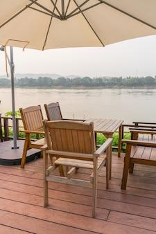 Tables et chaises en plein air