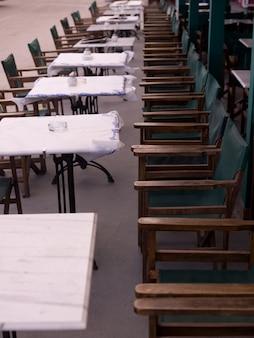 Tables et chaises de restaurant en plein air à santorini en grèce