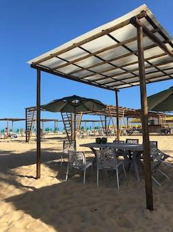 Tables et chaises sur le sable du restaurant de plage du brésil