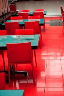 Tables et chaises vides dans un restaurant, zona 10, guatemala city, guatemala