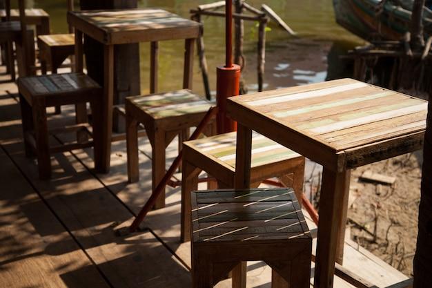Tables et chaises.