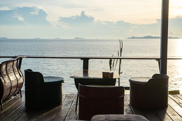 Tables dans un café au bord de la mer chaude.
