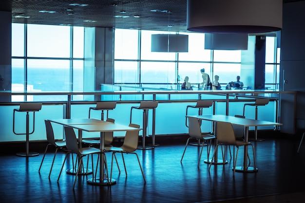 Tables dans la salle à manger publique