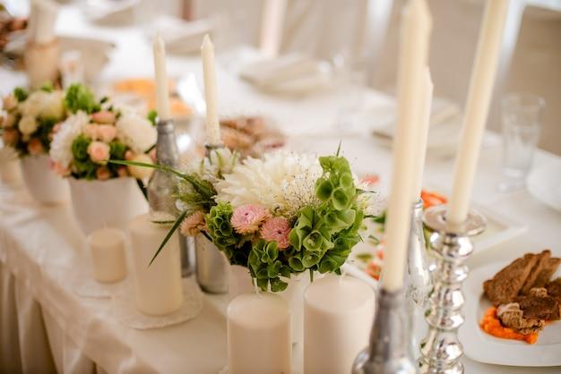 Tables décorées dans le restaurant le jour du mariage. décorations pastel d'intérieur