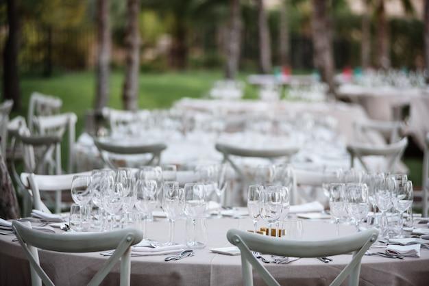 Tables décorées dans le restaurant le jour du mariage. décorations de paster, en plein air