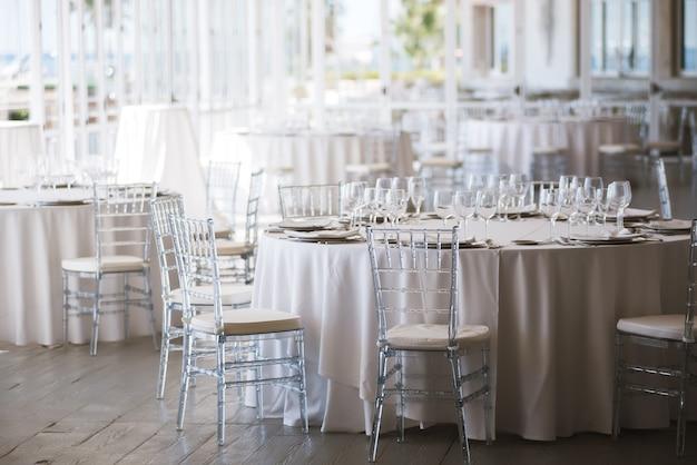 Tables disposées pour un jour de mariage