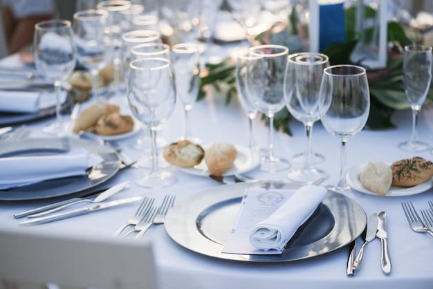 Tables dressées pour une fête ou une réception de mariage.