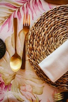 Tables d'extérieur pour une réception de mariage élégamment décorée, avec de belles pièces maîtresses florales