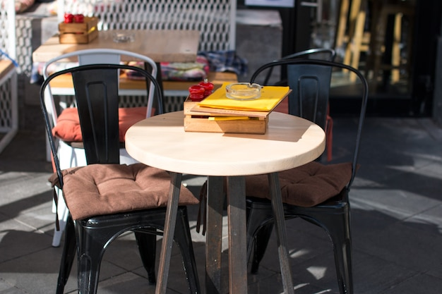 Tables extérieures dans les cafés. véranda d'été du restaurant