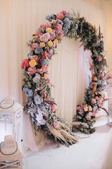 Tables de mariage décorées et intérieur de la salle