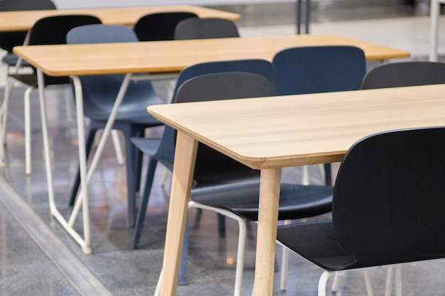 Tables modernes et chaises noires dans les centres commerciaux.
