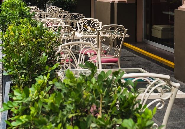 Tables de restaurant en plein air dans le centre historique de lima au pérou, pot de fleurs autour de tables et chaises en fer