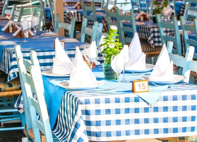 Tables vides dans le café d'été.