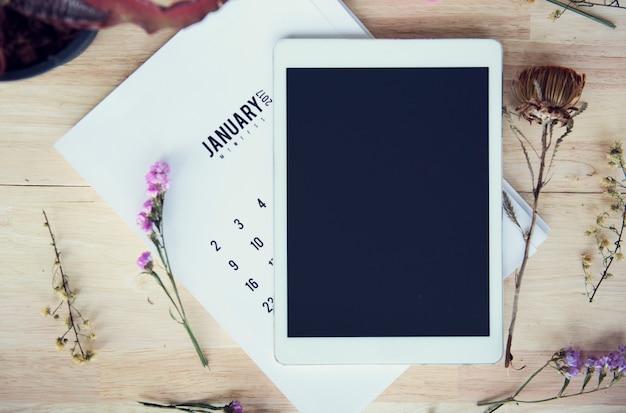 Tablet numérique technologie flatlay floral