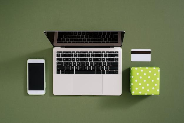 Tablette d'achat en ligne à plat, coffrets cadeaux en couleur.
