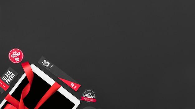 Tablette blanche avec ruban rouge entre les étiquettes
