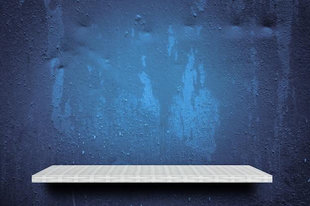Tablette blanche vide sur fond bleu humide pour la présentation du produit
